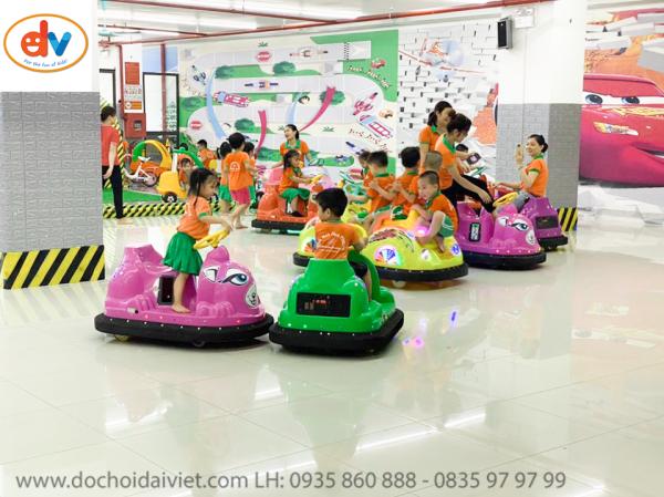 Các bạn nhỏ đang tham gia trò chơi xe điện đụng